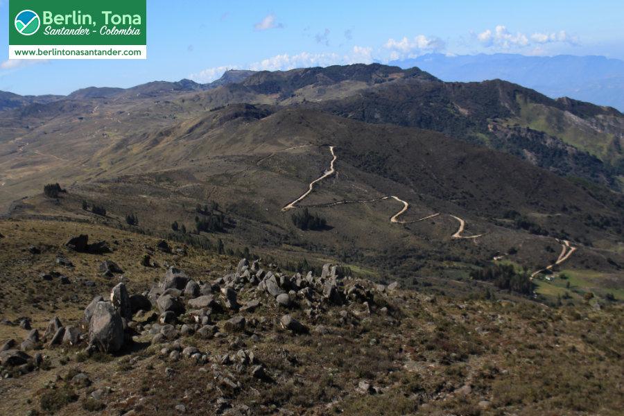 Pequeñas rocas y árboles caracterizan las montañas en el camino a la laguna | Páramo Santurbán - Berlín, Tona - Santander Colombia