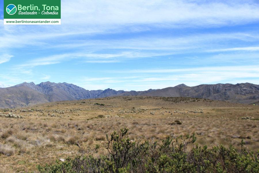 Enmarcada por montañas y un hermoso cielo se encuentra una extensa planicie con su vegetación