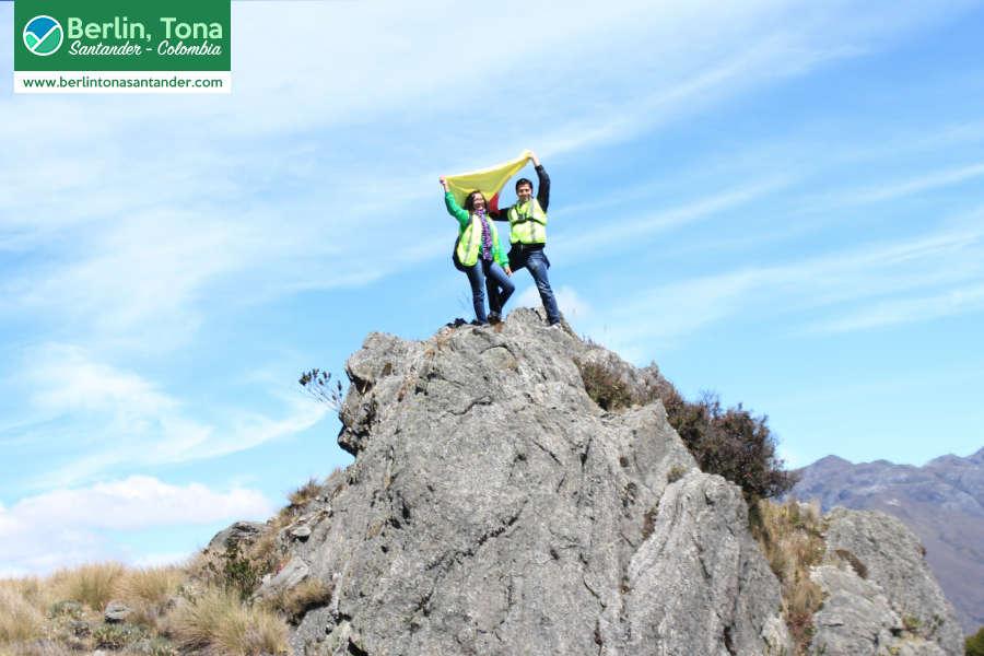Elevando nuestra bandera colombiana en el Páramo Santurban sobre una roca metamórfica | Páramo Santurbán - Berlín, Tona - Santander Colombia