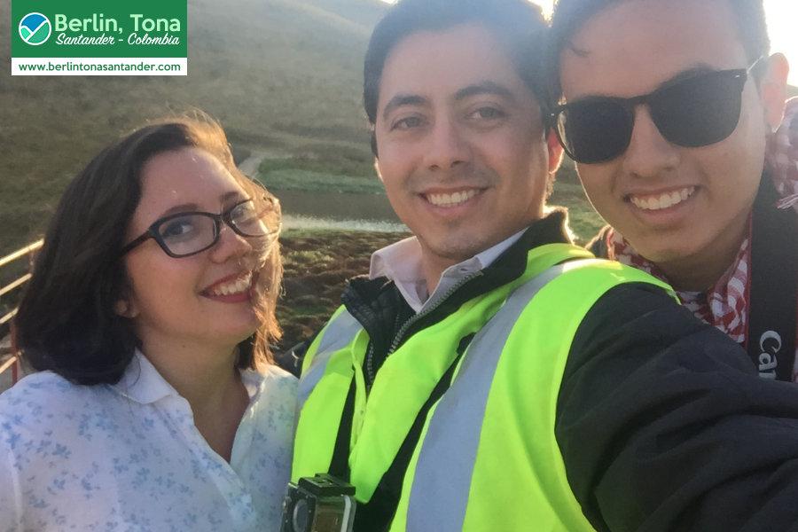Selfie del equipo: Sebastián, Mafe y yo, en la represa finalizando el recorrido del viaje | Páramo Santurbán - Berlín, Tona - Santander Colombia