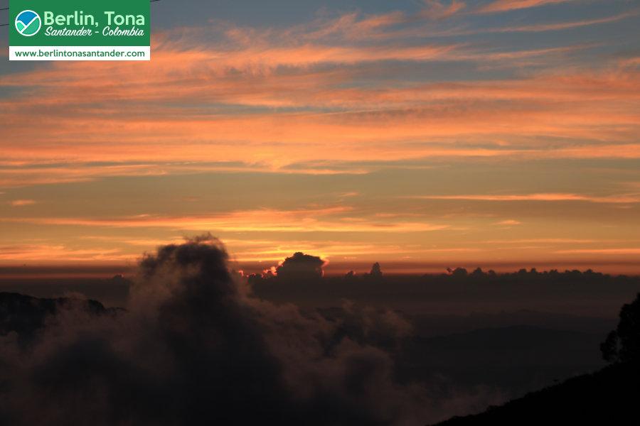 Cálido y tranquilo atardecer entre nubes en el camino bajando de Berlín a Bucaramanga | Páramo Santurbán - Berlín, Tona - Santander Colombia